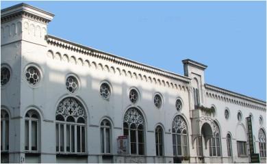 De spanning tussen klassieke, historiserende en art nouveau gebouwen in het Kunstenkwartier.