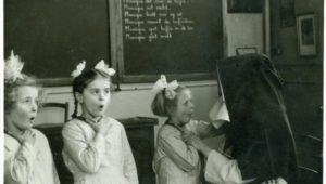 Over zusters en dove meisjes (in Vlaamse Gebarentaal en Nederlands)